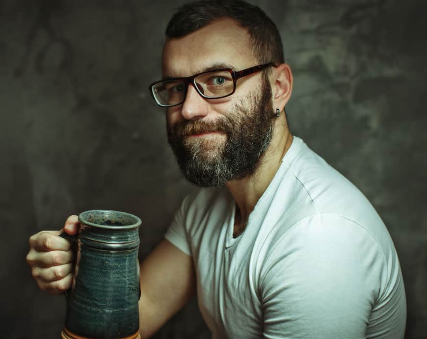 bärtiger Biertrinker mit Steinkrug