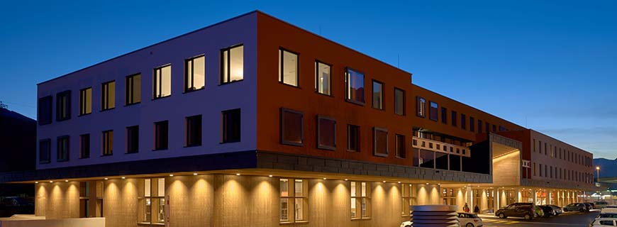 Moderne Architektur prägt das Hotel: Die Fassade des 4Rest Hotel Hall.
