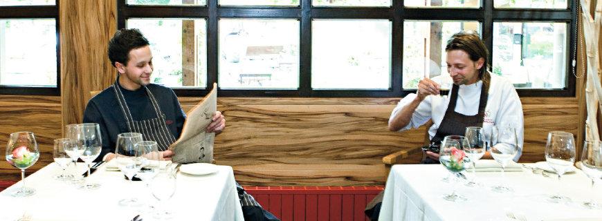 Die Brüder Winkler im Restaurant, Kaffee trinkend und Zeitung lesend