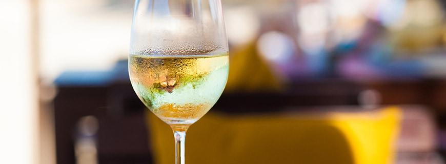 Weinglas mit Weißwein
