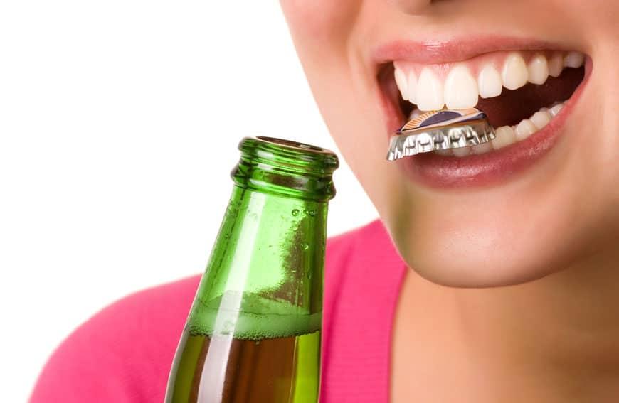 Bierkapsel zwischen den Zähnen
