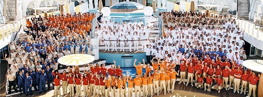 AIDAprima Crew an Deck versammelt