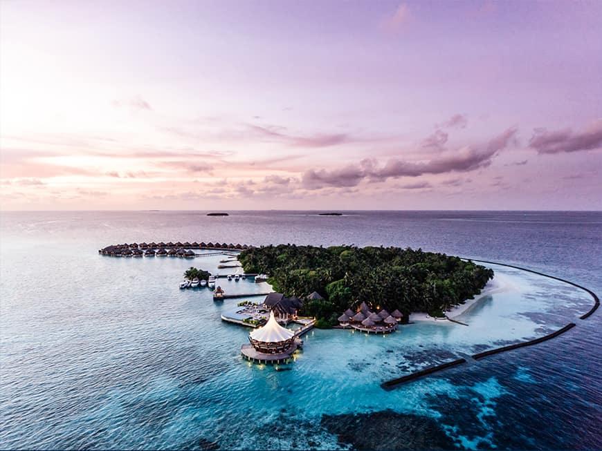 Insel der malediven im Licht des Sonnenuntergangs
