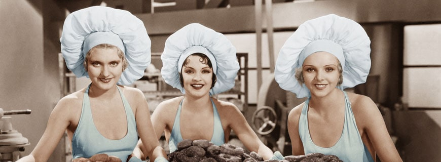 leichtbekleidete Frauen in der Küche