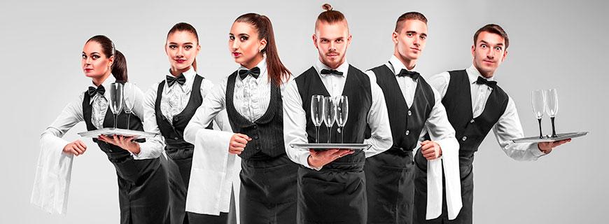 drei weibliche und drei männliche Kellner in Aktion
