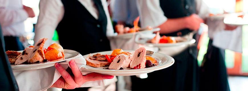 Kellner servieren Speisen