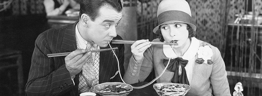 Ein Paar isst Spaghetti