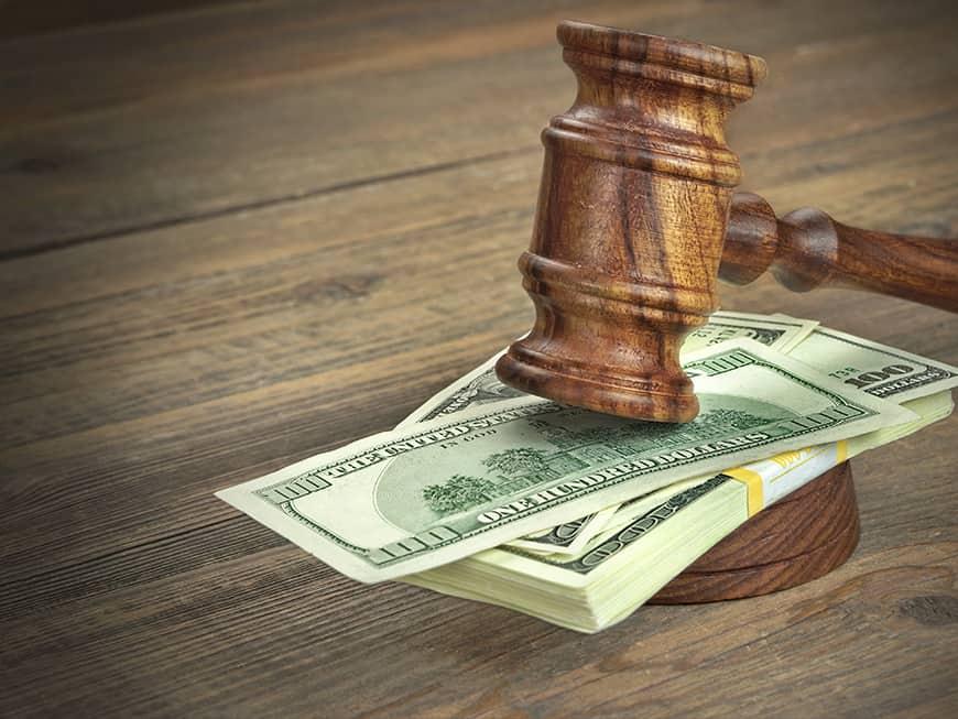 Richterhammer donnert auf Bündel mit 100$ Scheinen