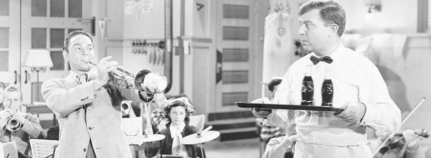 Kellner wird von Trompetenspieler bei der Arbeit behindert