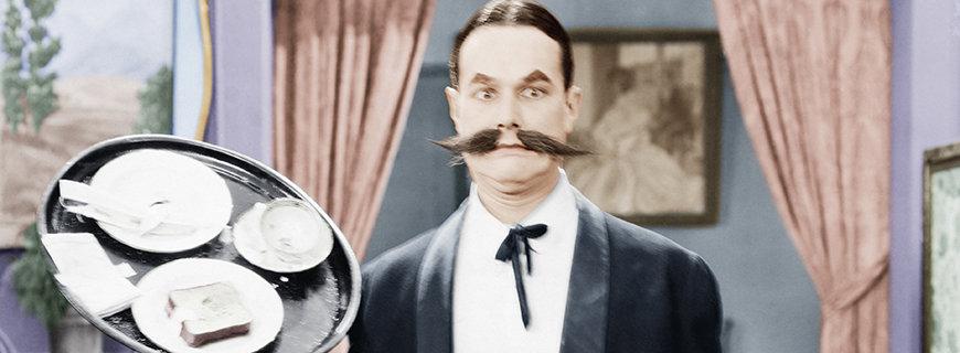Kellner mit Riesen-Schnurrbart