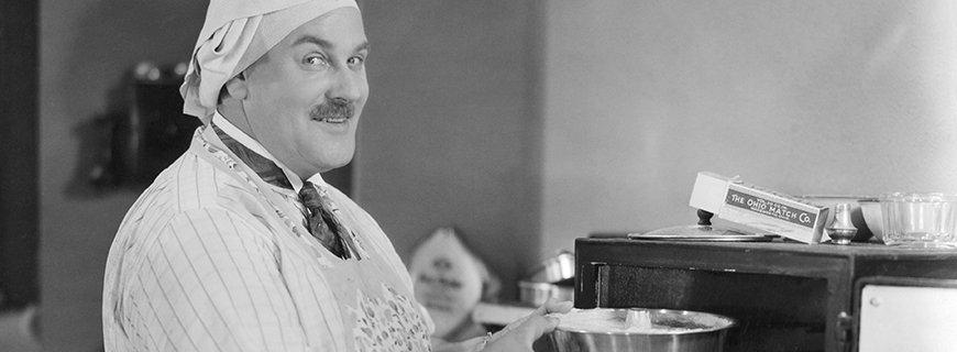 Witziger Koch beim Backen