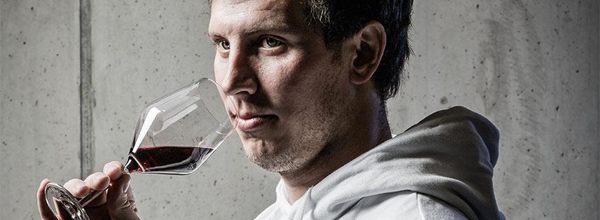 Thomas Lehner beim verkosten von Rotwein