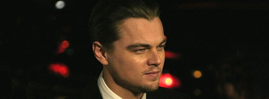 Leonardo DiCaprio zusehen vor schwarzem Hintergrund