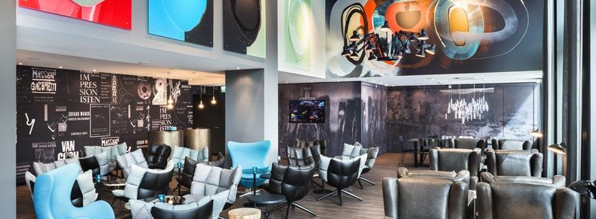 One Lounge mit Kunstwerk Soundscape von Smash 137 sowie Postercollage