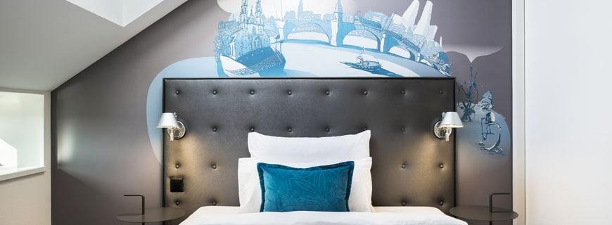 Zimmer mit Stadtmotiv