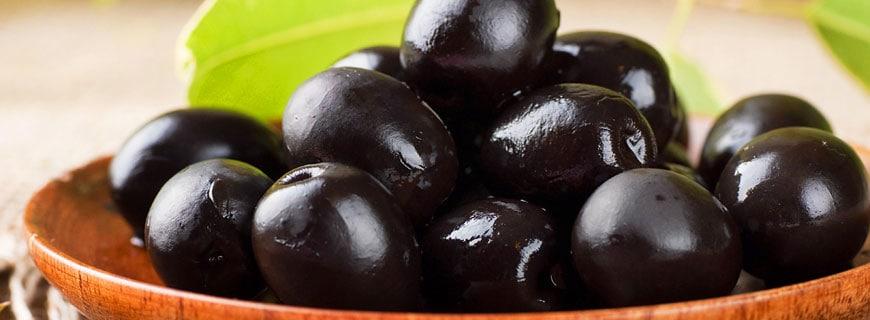 Holzschälchen voller schwarze Oliven