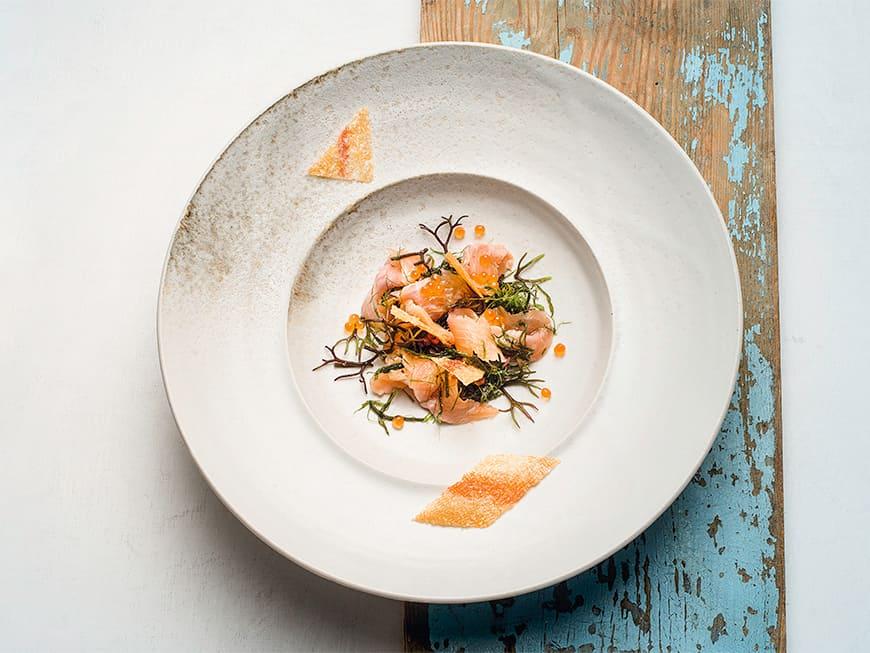 Ceviche von der Goldforelle mit Algensalat und Fischchips
