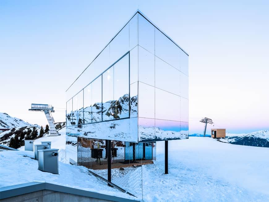 Die spiegelnde Fassade der Kristallhütte