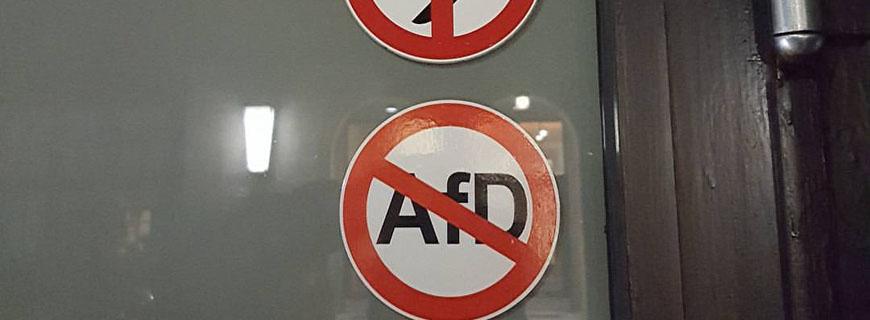 Sticker an der Türe des Restaurants Nobelhart & Schmutzig