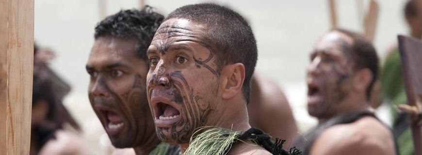 Männer mit Gesichtstattoo