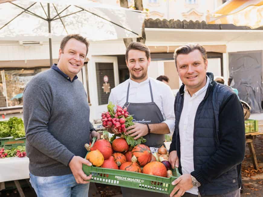 Walter Triebl mit Kollegen am Markt
