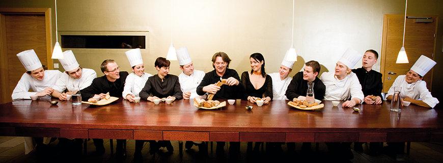 Teambuilding in der Gastronomie, die Crew sitzt zusammen bei Tisch