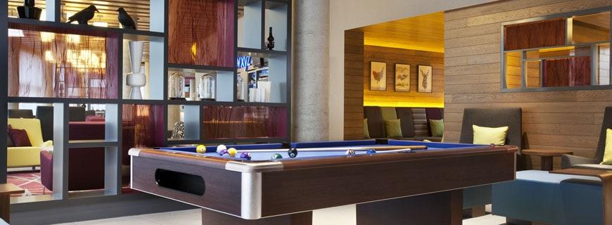 Billiardtisch vor Regal mit bunten Accessoirs