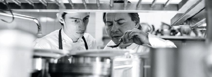 Küchenchef Jean-Christophe Ansanay-Alex beim Vorkosten