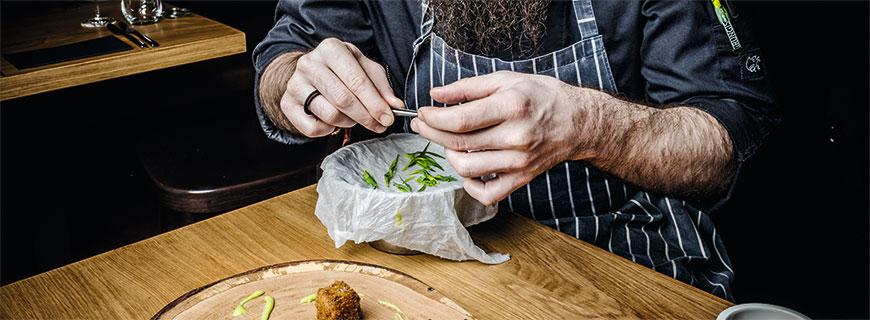 Norman Wegner ist ein Profi am Teller: Seine Kompositionen sind überraschend, spannend und sorgen für einen Augenschmaus im Restaurant Hase & Igel in Düsseldorf.