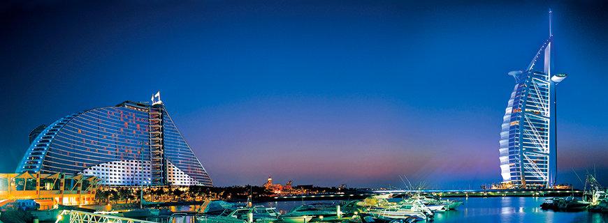 ein Panoramabild vom Burj Al Arab und dem Jumareih Hotel in Dubai