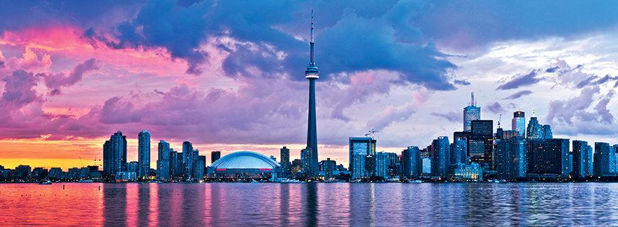 die Skyline von Toronto während der Dämmerung unter rosarotem Himmel