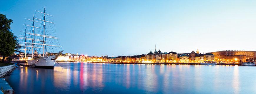 Skandinavien, Hafen, Spiegelung der Lichter der Stadt in der Dämmerung