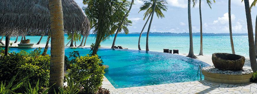 Azurblaues Job Atoll Malediven - Infinity Pool mit Meerblick