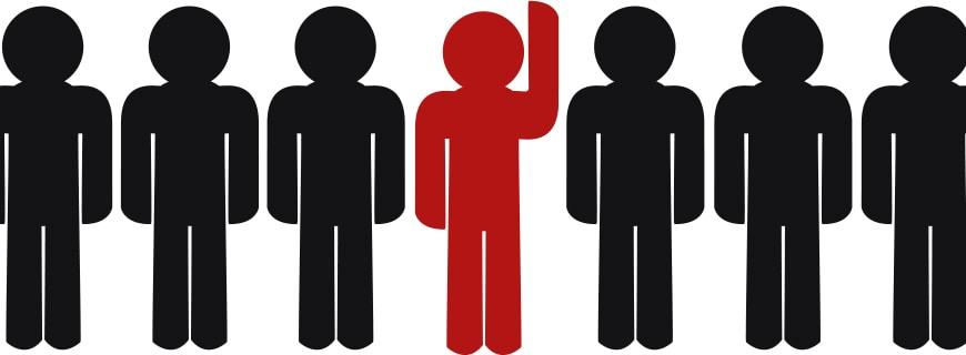 schwarze Animationsmännchen, nur in der Mitte ein rot gefärbtes mit erhobener Hand