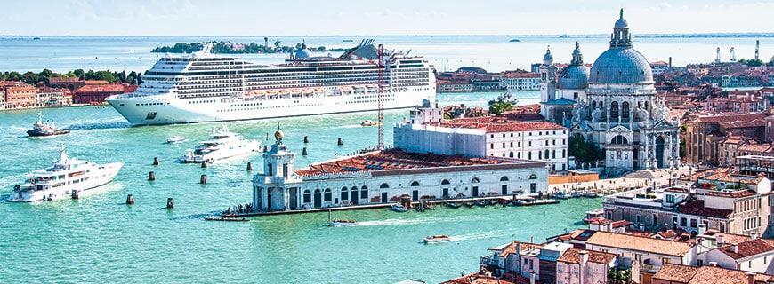 Ein Kreuzfahrtschiff fährt im Hafen aus