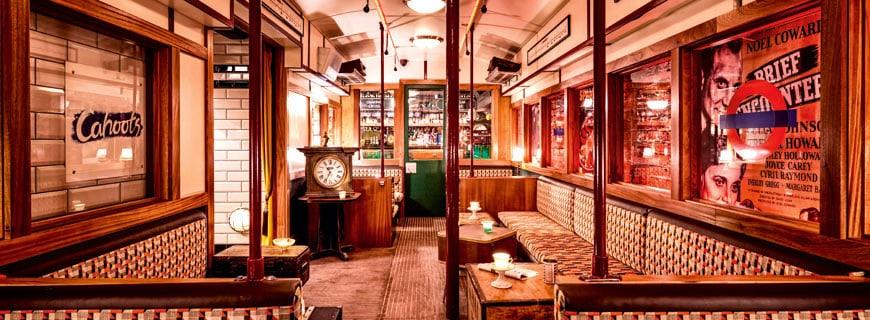 Bar in einer leer stehenden Londoner U-Bahn-Station