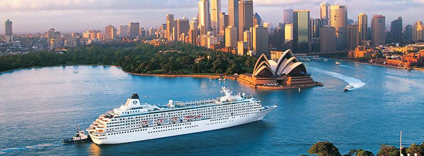 ein Cruise-Liner fährt in den Hafen von Sydney ein