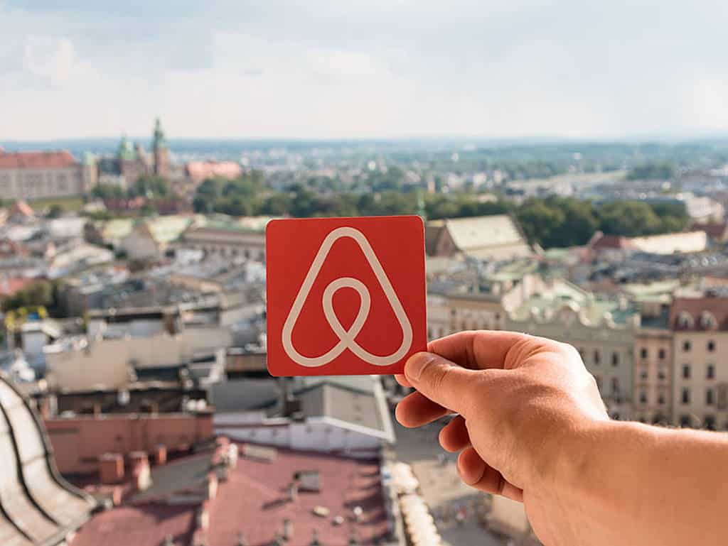 Airbnb-Logo über Krakau
