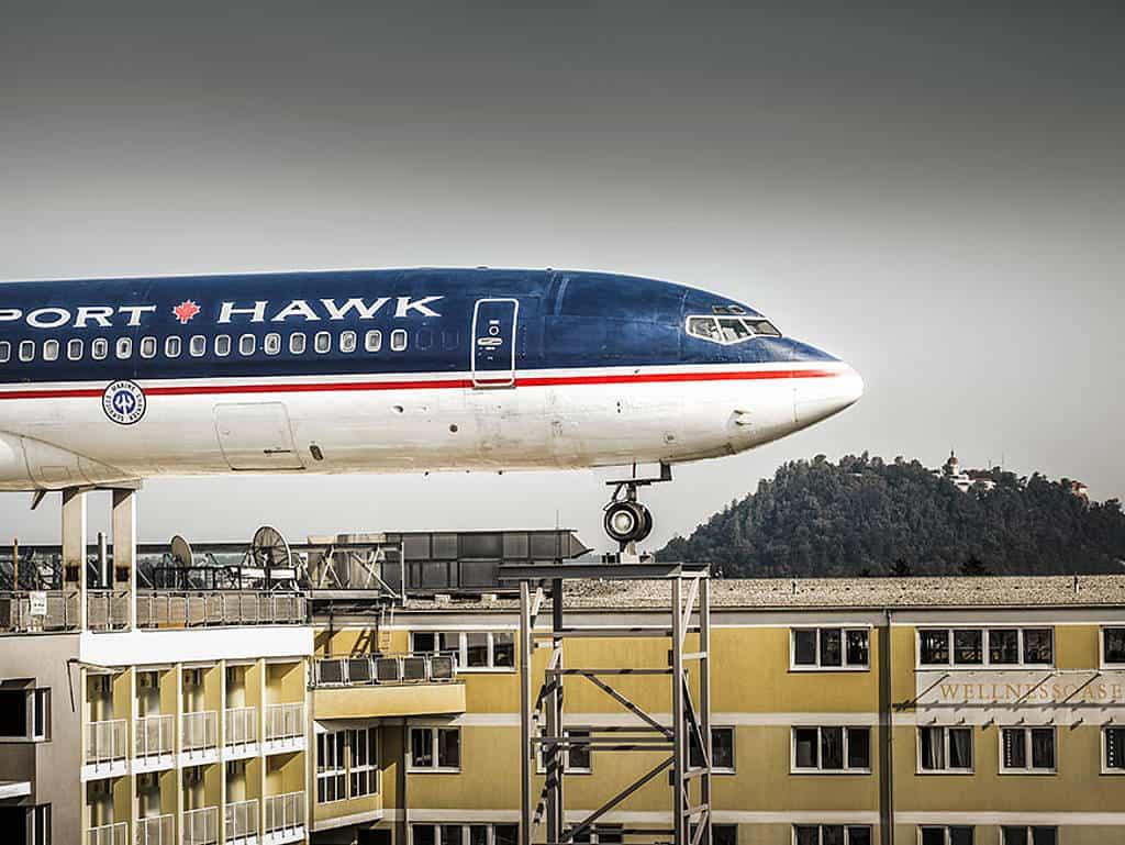 Boeing 727-200 auf den Dächern von Graz