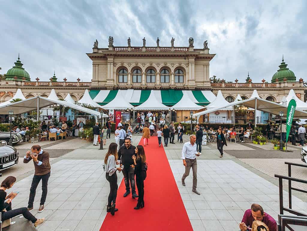 ein Roter Teppich führt zum grossen Haubenfestival
