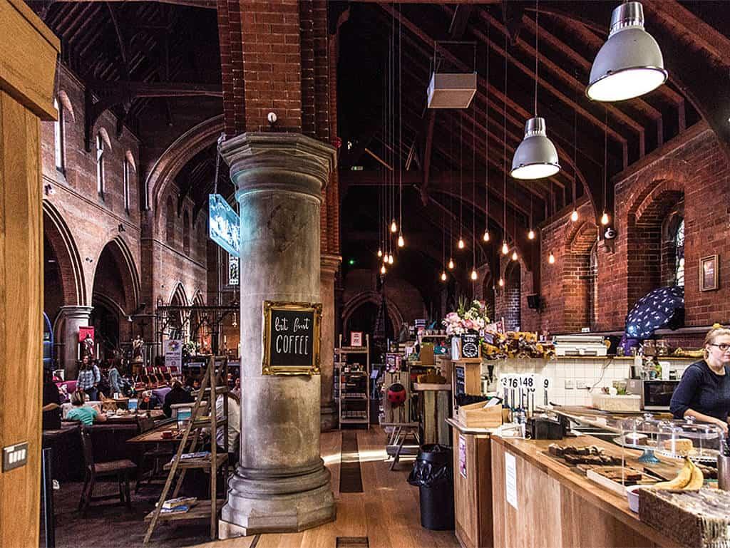 Die Kaffeehausatmo im Kirchengebäude.