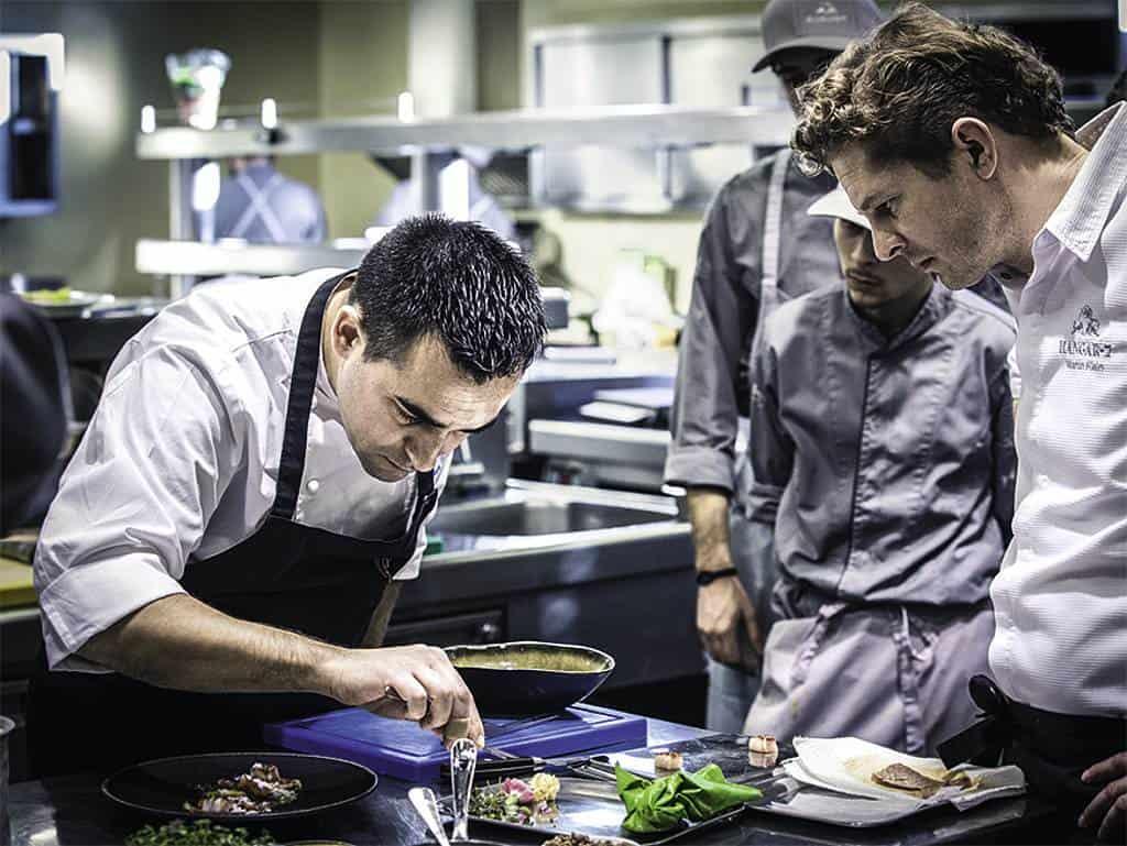Paolo Casagrande beim kochen mit azzubis