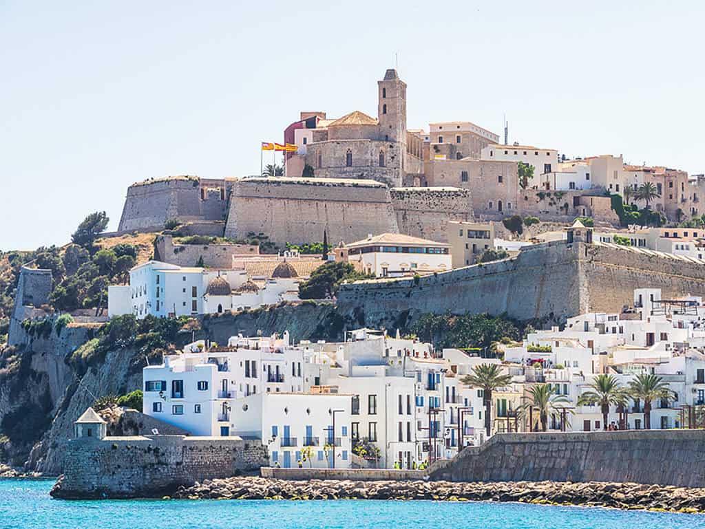 Ibiza: Anziehungspunkt für Reisende aus der ganzen Welt.