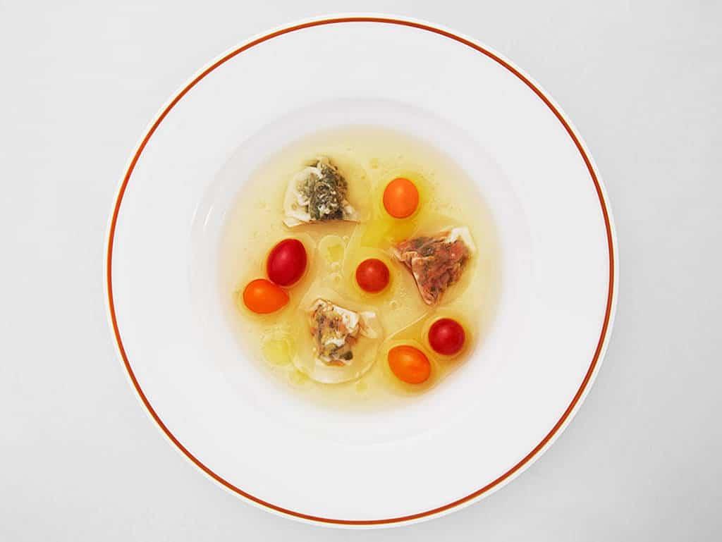 Fines ravioles potagères multicolores consommé d'été