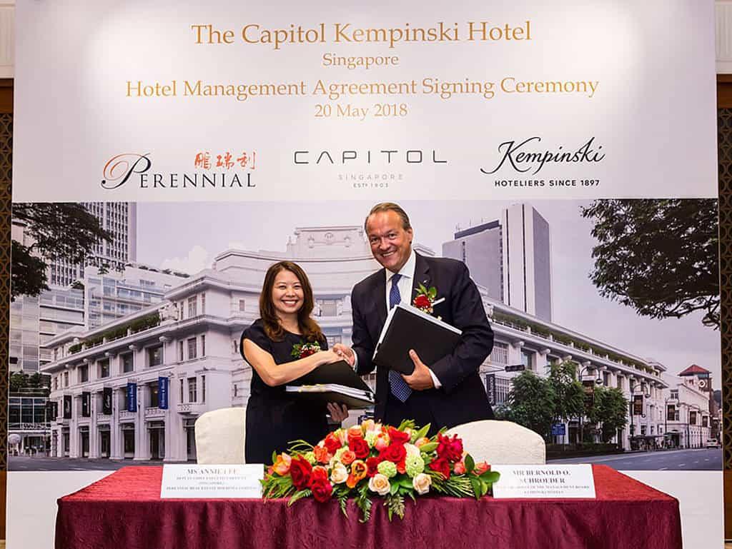Vertragsunterzeichnung zwischen Annie Lee, Perennial Real Estate Holdings Limited, und Bernold O. Schroeder, stellvertretender Vorstandsvorsitzender Kempinski Hotels