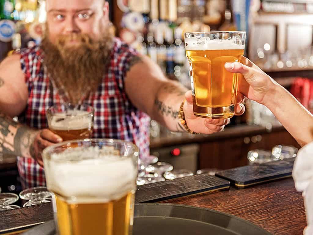 Dicker Kellner schenkt Bier aus