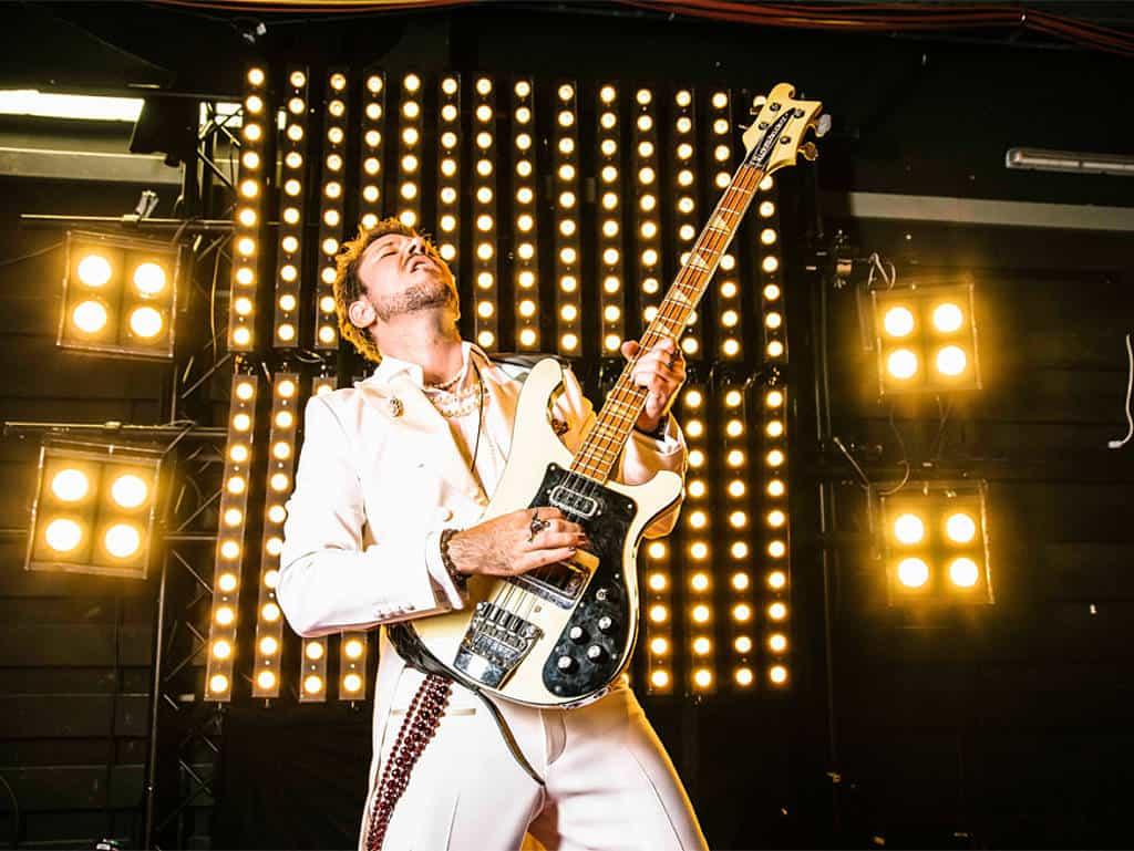 Justin auf der Bühne mit E-Gitarre voller Emotion
