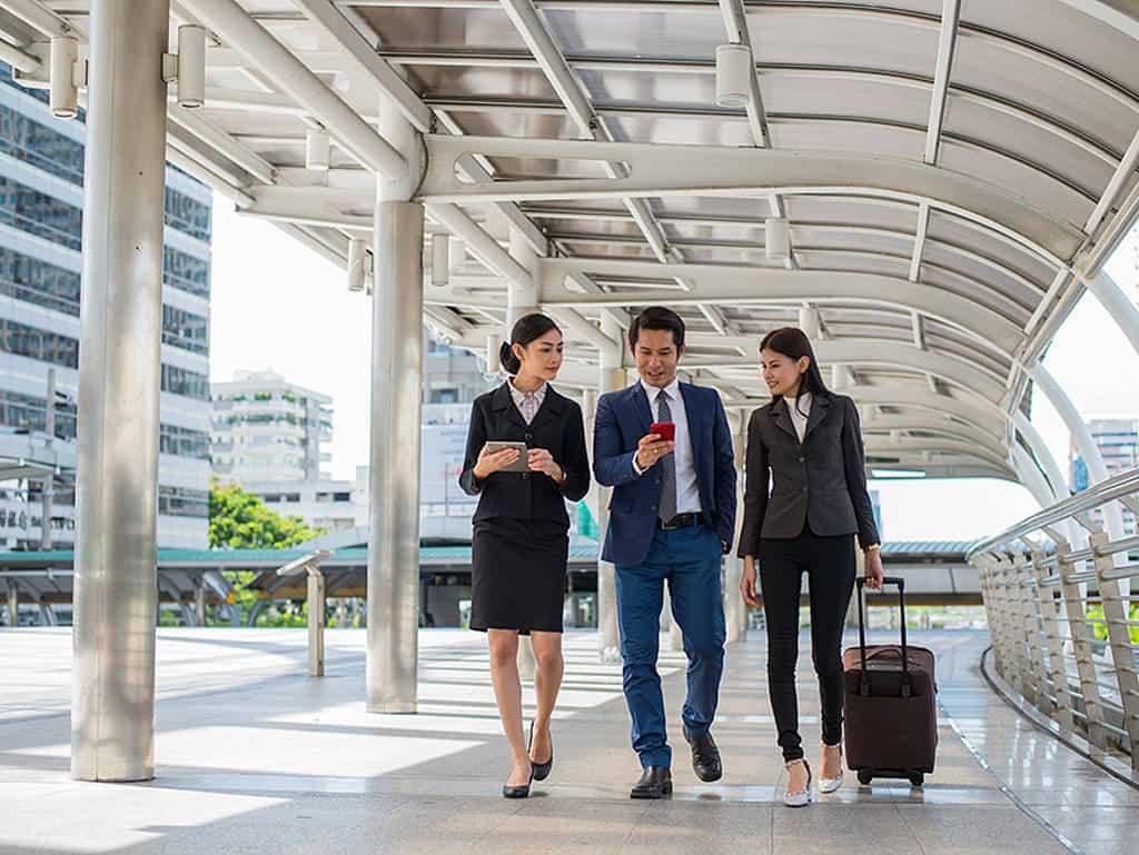 Geschäftsreisende schauen auf App