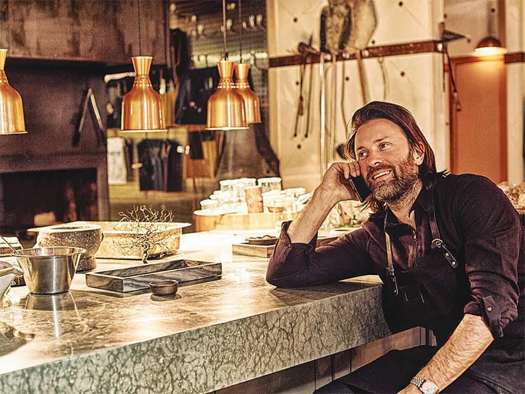 Der sympathische Ekstedt am Tresen seines Restaurants Ekstedt