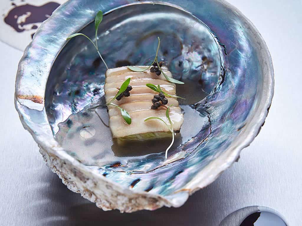 Abalone mit Kohl und Sichuan Pfeffer